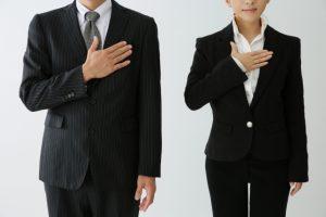 レクサスオーナー,特典.スーツの男性と女性がお任せ下さいと胸に手を当てる写真