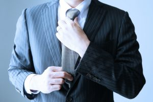 レクサス,LEXUS,ネクタイを締める男性の画像