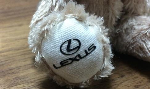 レクサス,テディベアの足の裏についているLEXUSロゴの画像