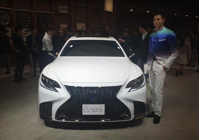 東京モーターショー2017,レクサスLS500h新型,男性コンパニオンの画像