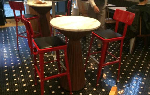INTERSECT BY LEXUS,スピンドルの形をしたテーブルの画像
