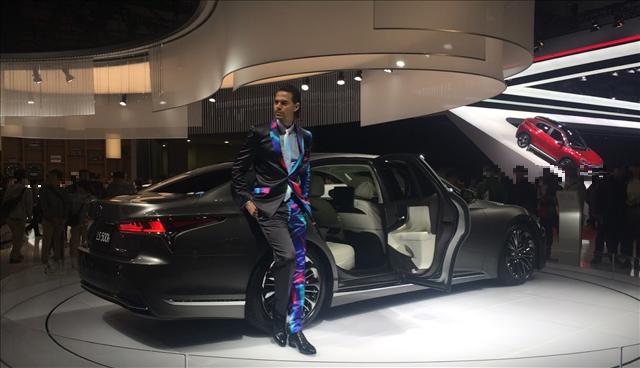 東京モーターショー2017,レクサスLS新型,男性コンパニオンビーンさんの画像
