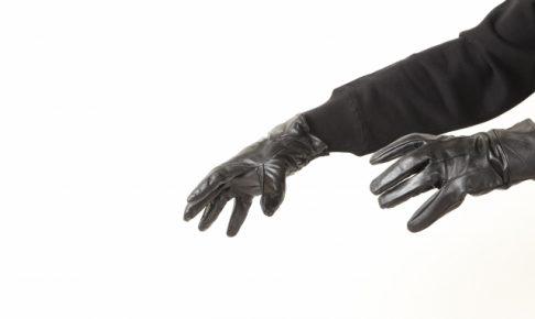 革手袋をした怪しい手の画像