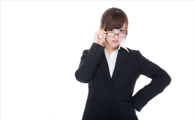 眼鏡をしたスーツ姿の女性の画像