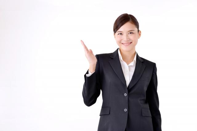 レクサスレディ,笑顔の女性がこちらですと案内している写真