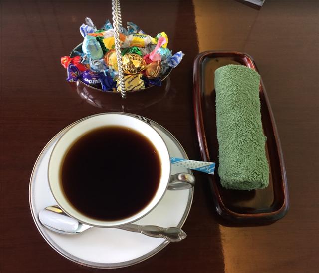 レクサスで出されるコーヒーとおしぼりとお菓子の写真
