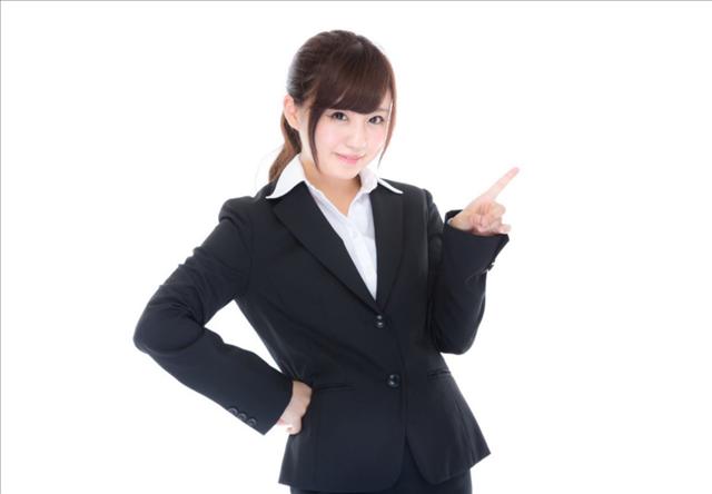 レクサス,洗車サービス,腰に手を当てて指差しをする笑顔の女性の写真
