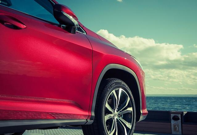 レクサス,赤いレクサス車の写真