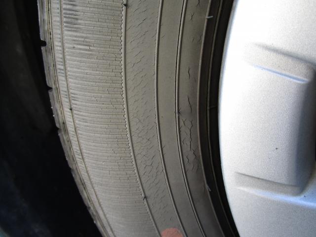 レクサス,LEXUS,ひび割れしているタイヤの写真