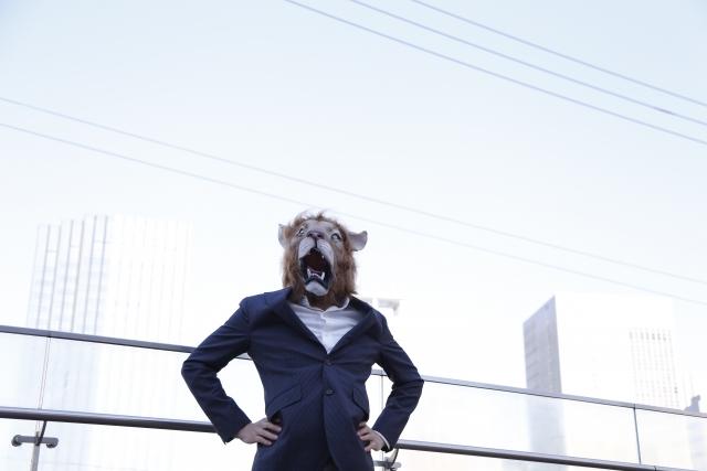 レクサス,LEXUS,ライオンのお面をかぶったスーツの男性が威張っている画像