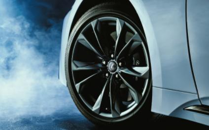 レクサスLS,新型,Fスポーツ専用タイヤとアルミホイールの画像