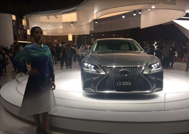 東京モーターショー2017,レクサスLS500h新型,女性コンパニオンの画像