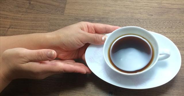 レクサス,LEXUS,コーヒーカップを持つ手の写真