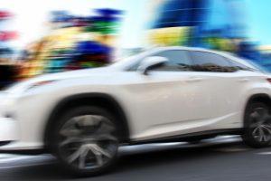 レクサス,LEXUS,街中を疾走する車の画像
