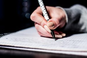 レクサス,LEXUS,ペンを持つ手の写真
