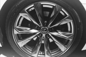 レクサスLS500hのタイヤの画像