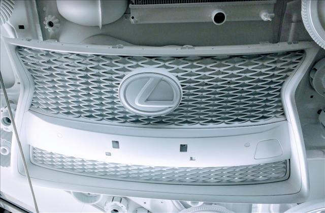 真っ白なレクサスのスピンドルグリルの画像