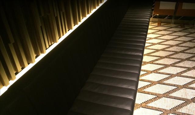 インターセクトバイレクサス,地下室のベンチシートの画像