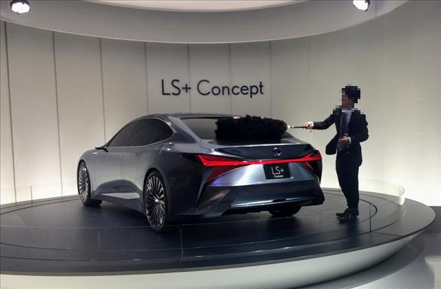 東京モーターショー2017,レクサス,LS+ Conceptを毛ばたきでお手入れする人の画像