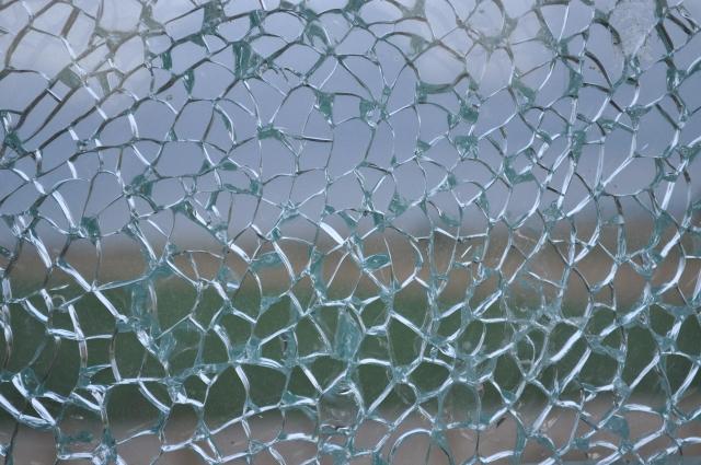 窓ガラスにひびが入っている画像