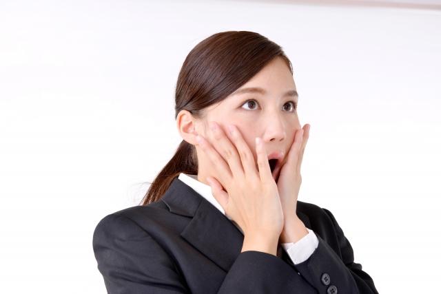 頬に手をあてて驚く女性の画像