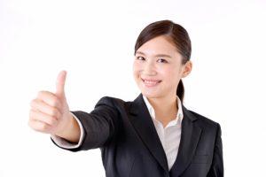 女性が親指を立て笑顔の画像