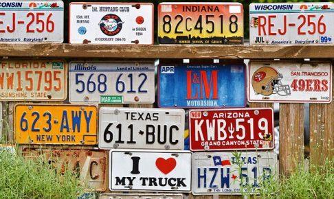 車のナンバープレートがたくさん並ぶ画像