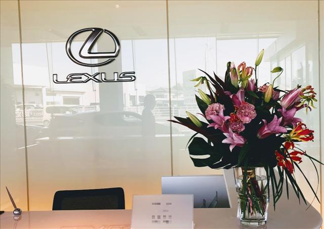 レクサスの受付とお花の画像