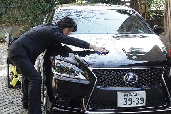 海月姫でレクサスを洗車する要潤の画像